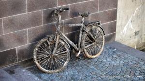 Kanaldan çıkmış bir bisiklet
