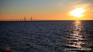 Öresund Köprüsü. Köprünün sol tarafı İsveç. Sağ tarafı Danimarka.